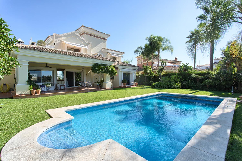 Front line golf villa with beautiful views in Benahavis