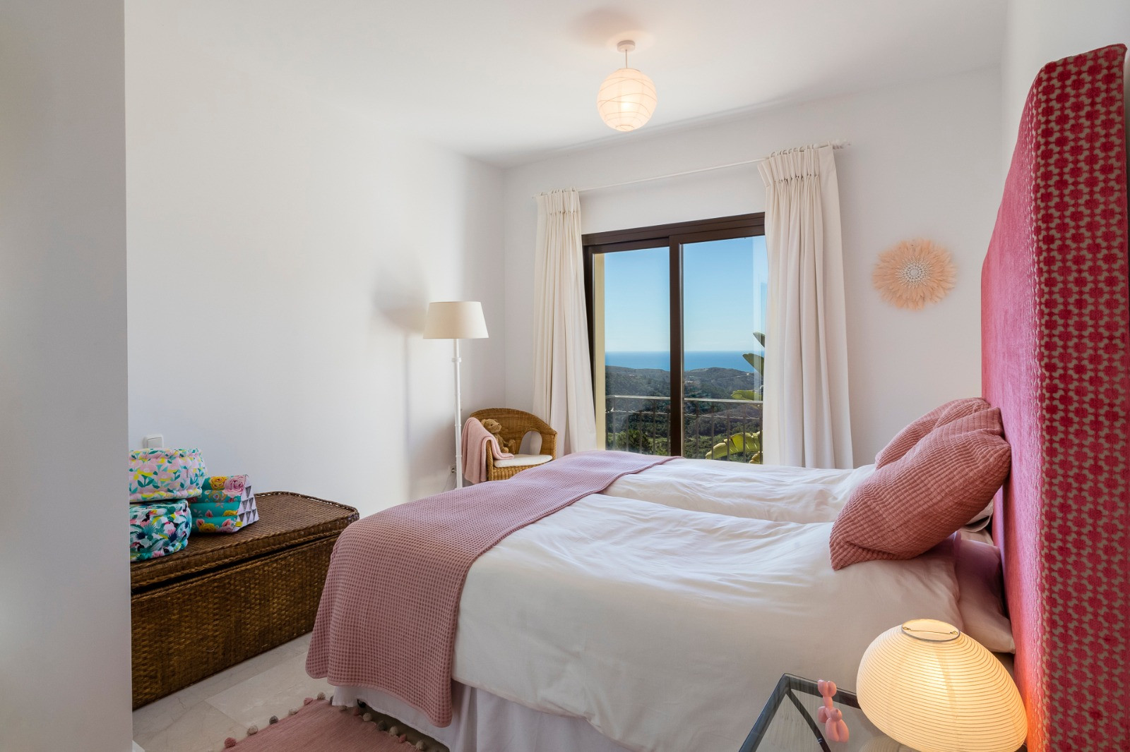 For sale and Holiday rental: Ample villa with stunning views towards the sea in Benahavis