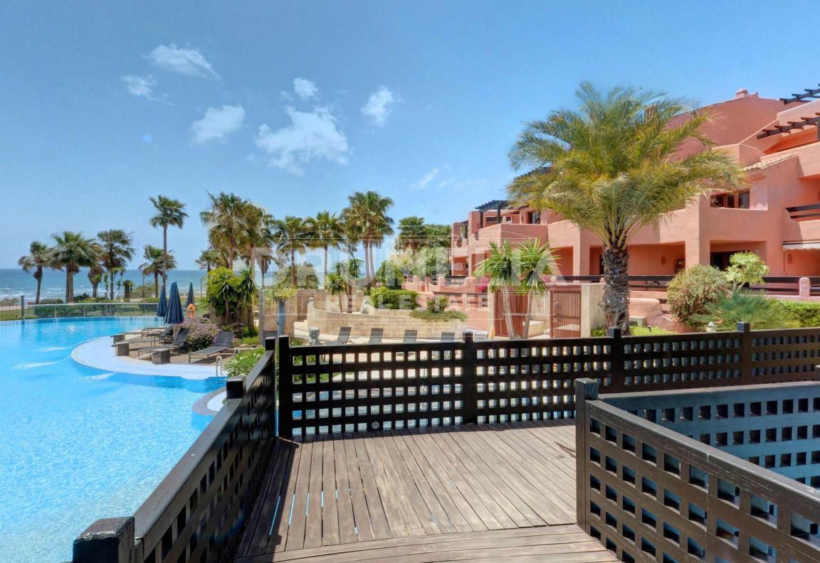 Estepona, Beachfront apartment with sea views in Mar Azul, Estepona