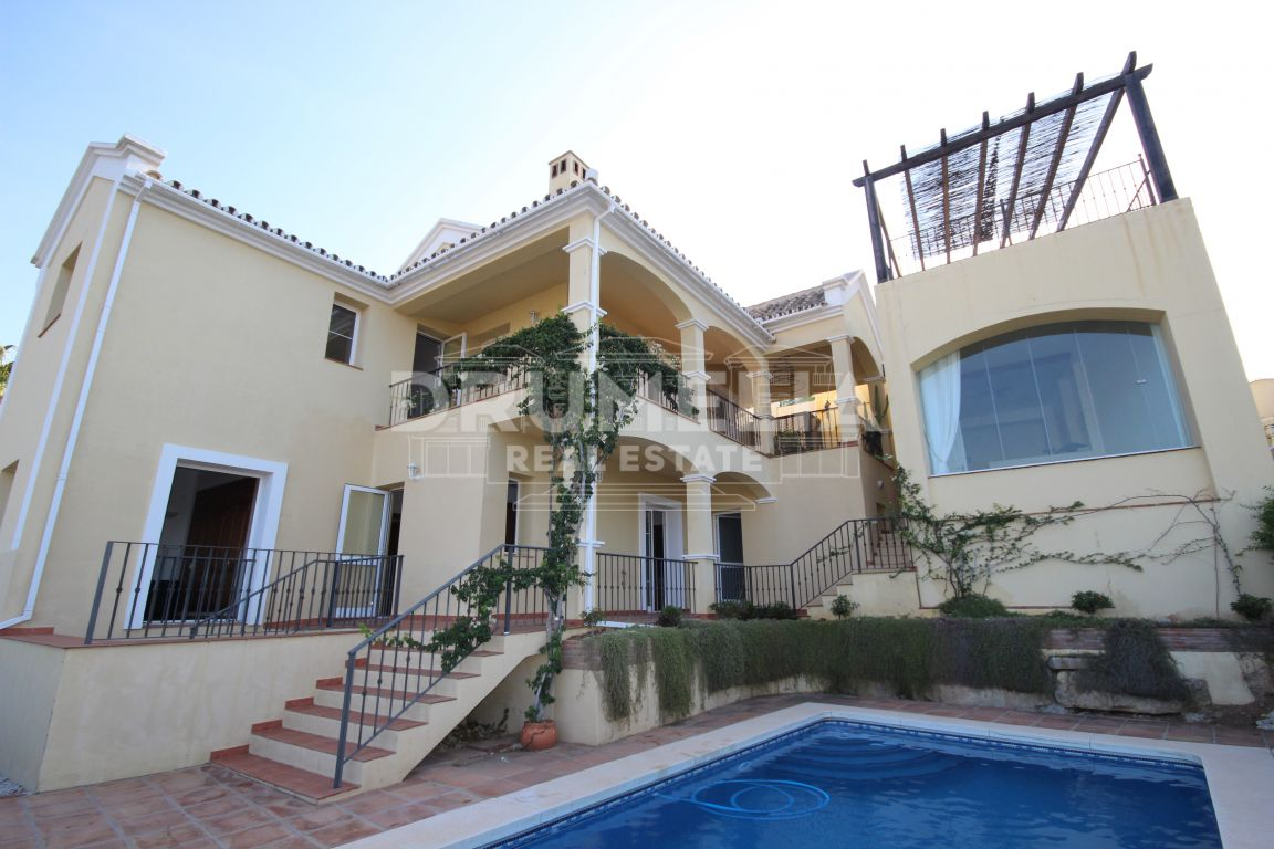 Istan, Lovely villa with studio in Sierra Blanca Country Club, Istan