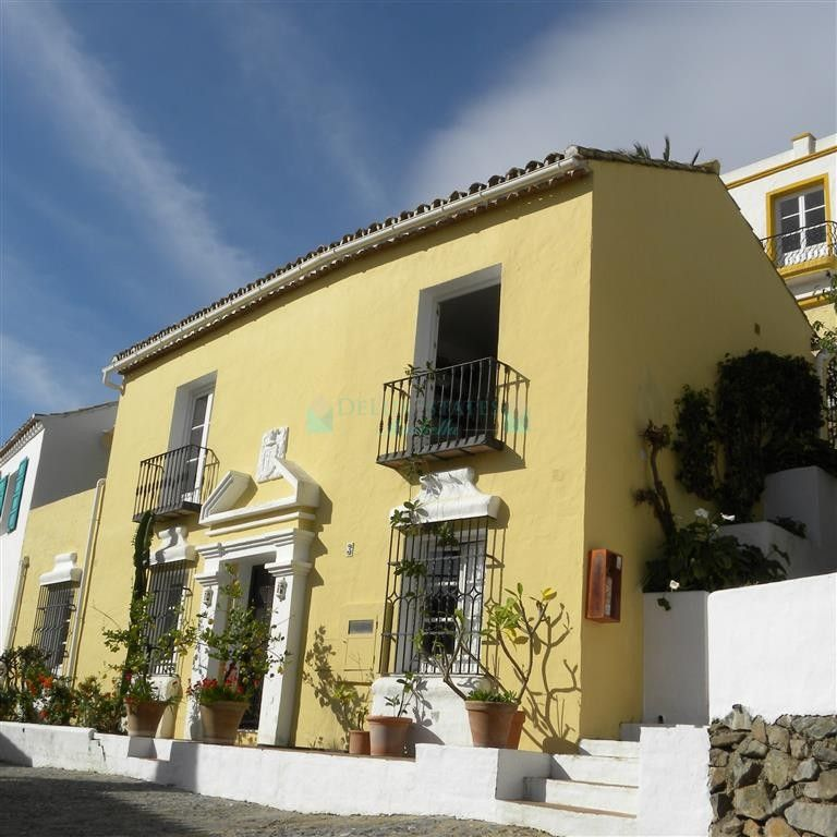 Semi Detached Villa for sale in Benahavis