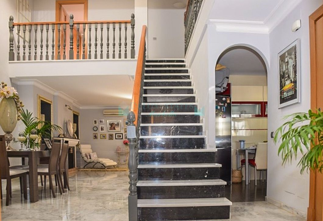 RENOVATED AND SPACIOUS  4 BEDROOMS TOWNHOUSE