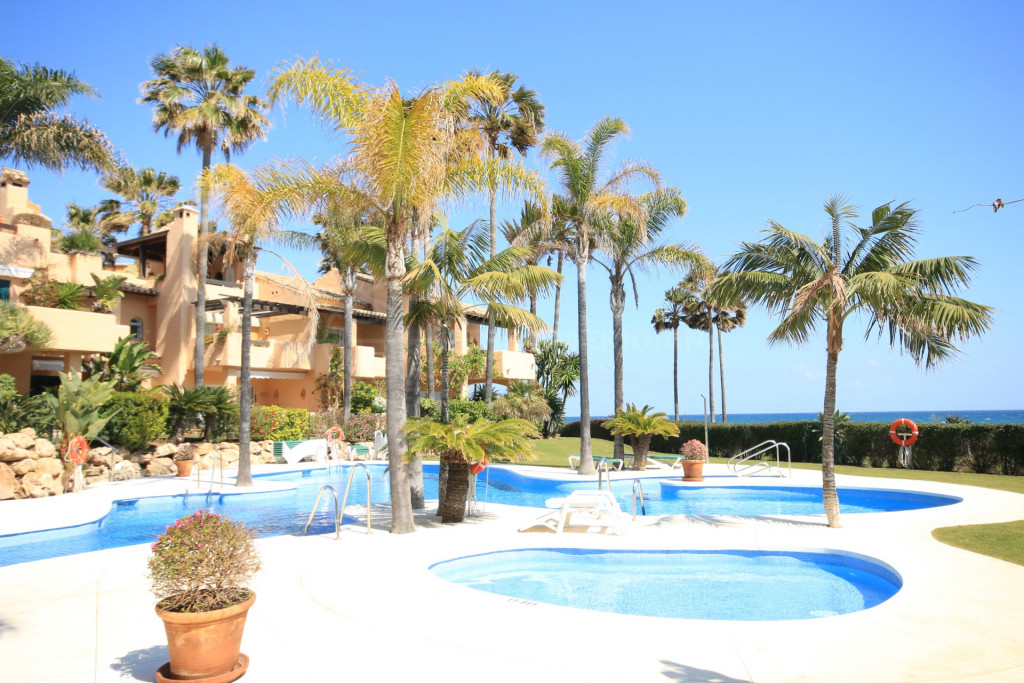 Estepona, Lovely townhouse in frontline beach complex Alcazaba Beach Houses at the entrance of Estepona