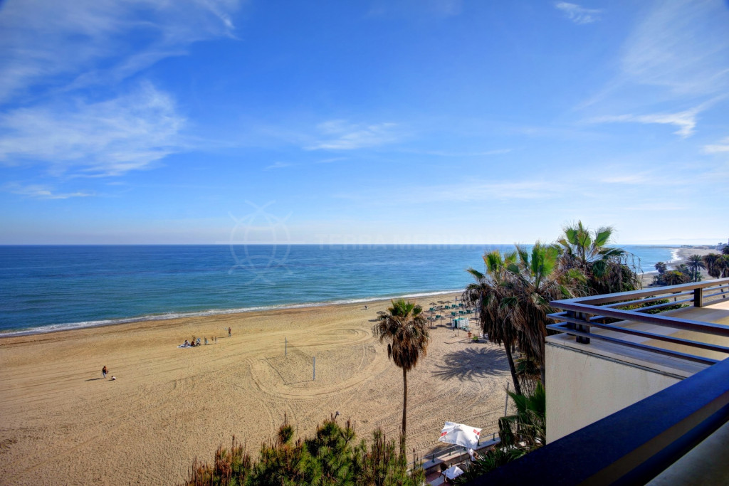 Estepona, PRIME LOCATION - Frontline beach penthouse for sale, Estepona center with roof top pool
