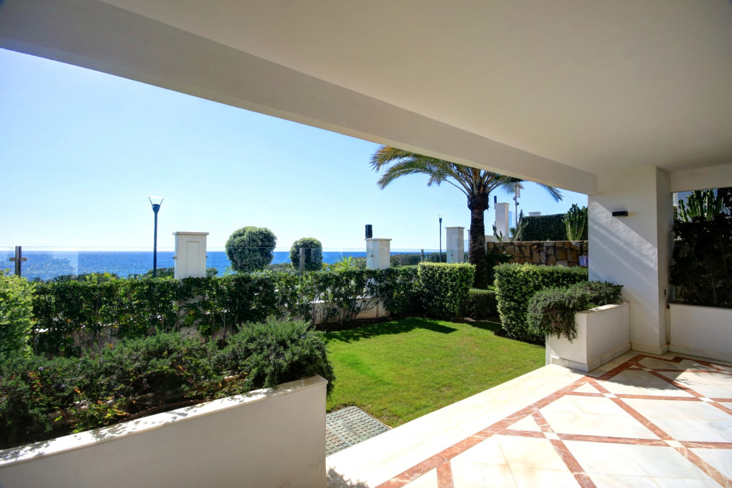 Estepona, Front line 3 bedroom corner apartment for sale in exclusive development in Estepona - walking distance to the port and all ameneties