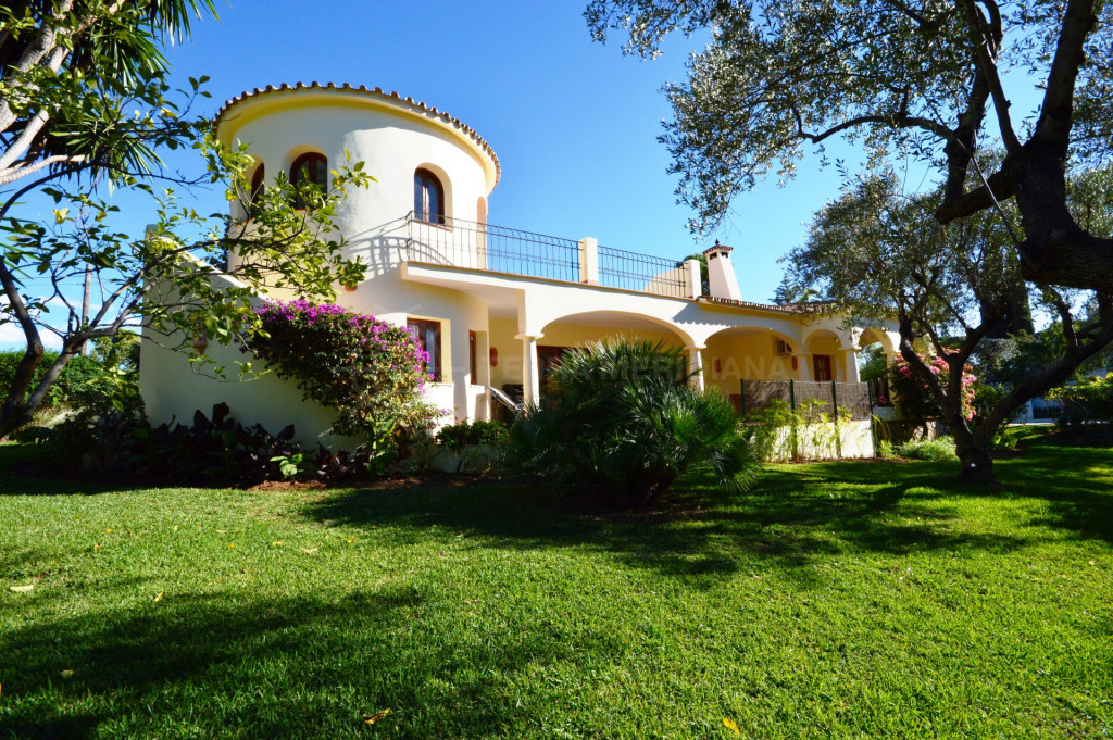 Marbella Golden Mile, Traditional 4 bedroom villa on a large plot in La Carolina, Marbella Golden Mile walking distance to amenities