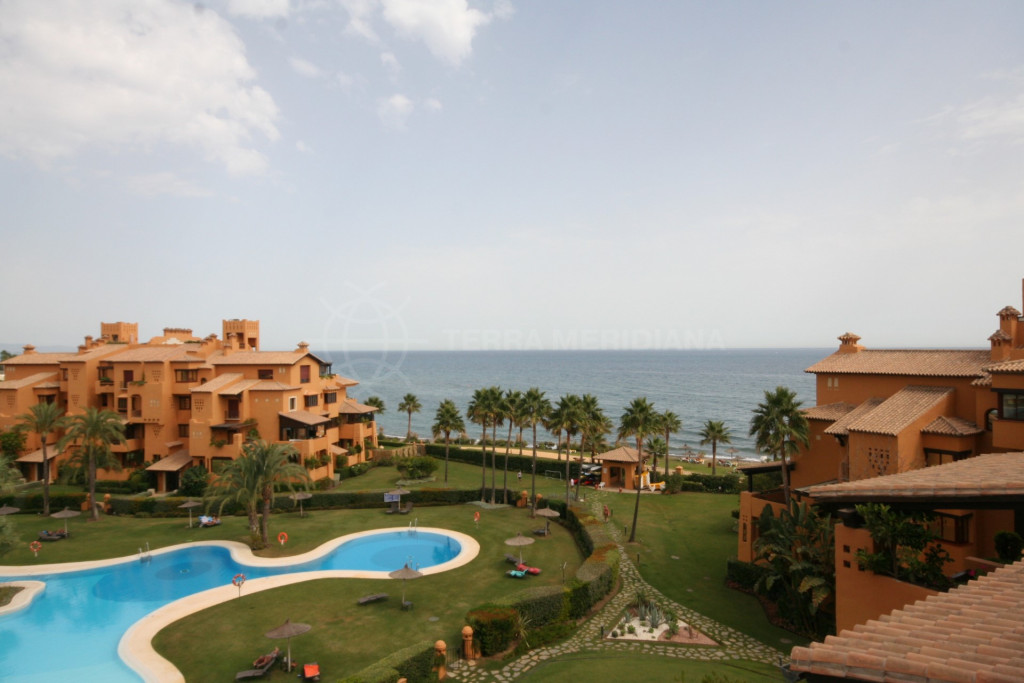 Estepona, Bright and spacious 2 bedroom apartment for rent in front-line beach complex los Granados del Mar, Estepona