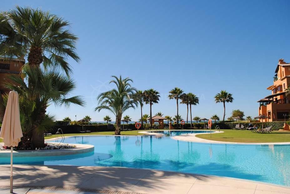Estepona, Ground floor apartment for long term rent in Los Granados del Mar, A frontline beach complex by Estepona center