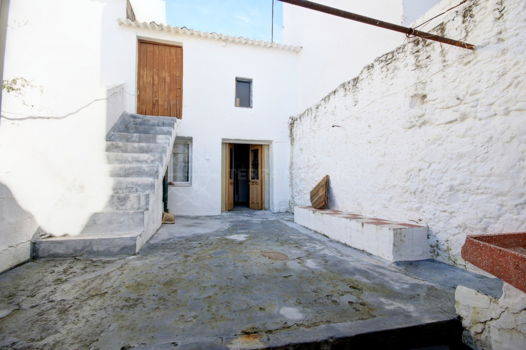 Estepona, Townhouse for sale in the old town centre of Estepona, with beautiful ground floor patio