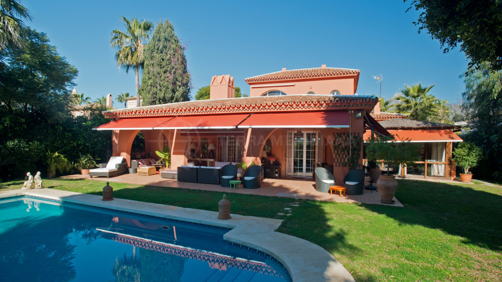 Nueva Andalucia, Lovely villa for sale in Aloha, walking distance to amenities and in very good condition