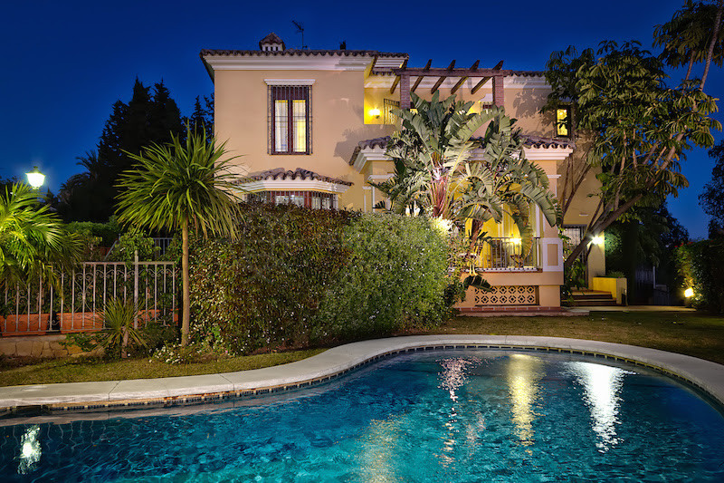 Marbella East, Elegant 6 bedroom villa for sale in El Rosario, sea views, private pool and independant studio apartment