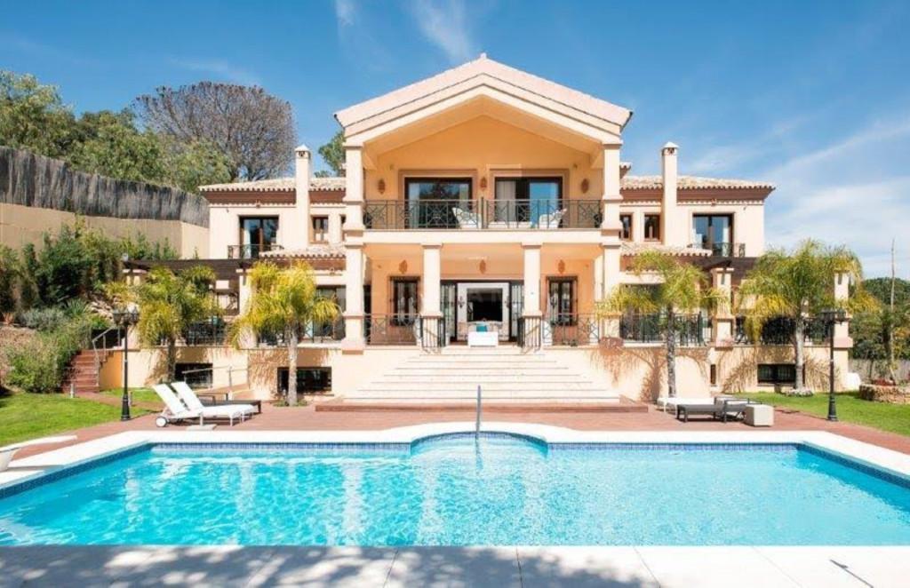 Benahavis, Stunning villa for sale, with indoor and outdoor pools, panoramic views, gated community, El Madroñal, Benahavís