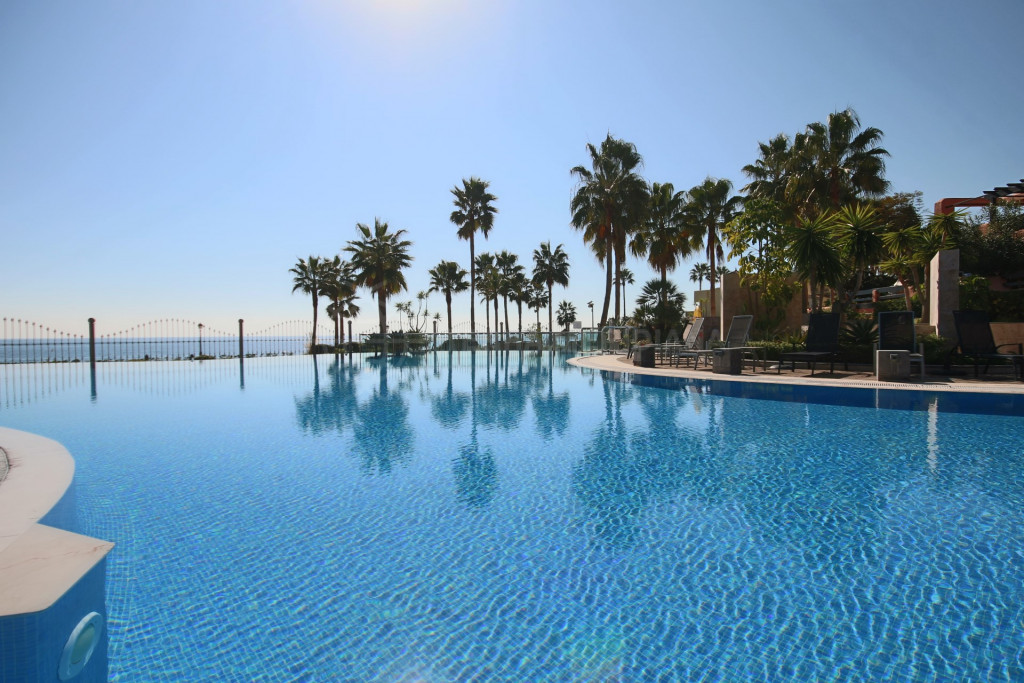Estepona, Apartment for sale in front-line beach complex of Mar Azul, Estepona, close to the town centre of Estepona.