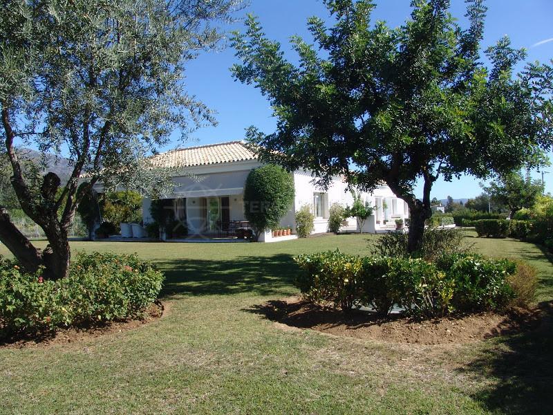 Marbella Golden Mile, 5 Bedroom villa with panoramic sea views for sale in Altos de Puente Romano, Marbella, Golden Mile.