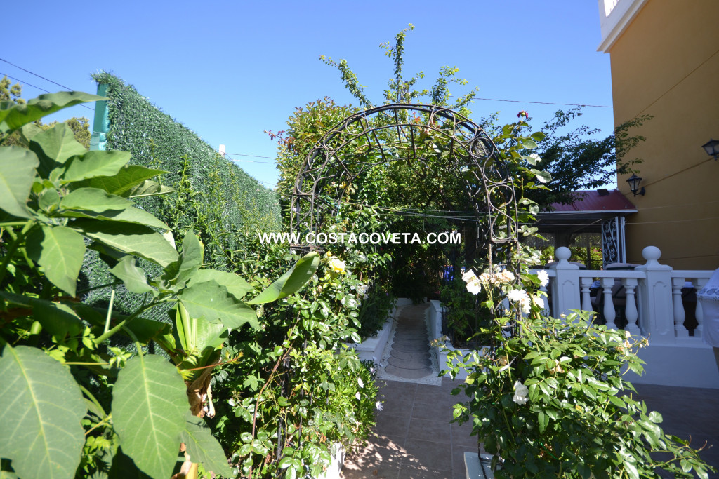 Very nice corner townhouse with lovely garden near centre