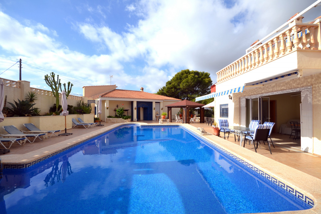 El Campello, Wonderful property consisting of a main house and guest huose with pool