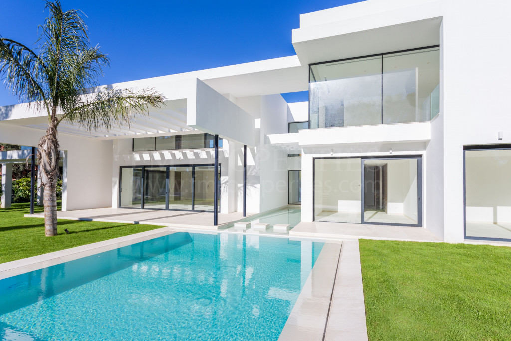 Estepona, Brand New Contemporary Villa built in the beach side dvelopment of Casasola on the outskirts of Marbella.