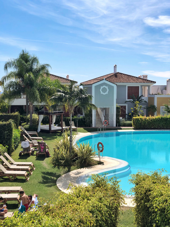 Estepona, Beautiful 1st floor corner unit with private terrace,
