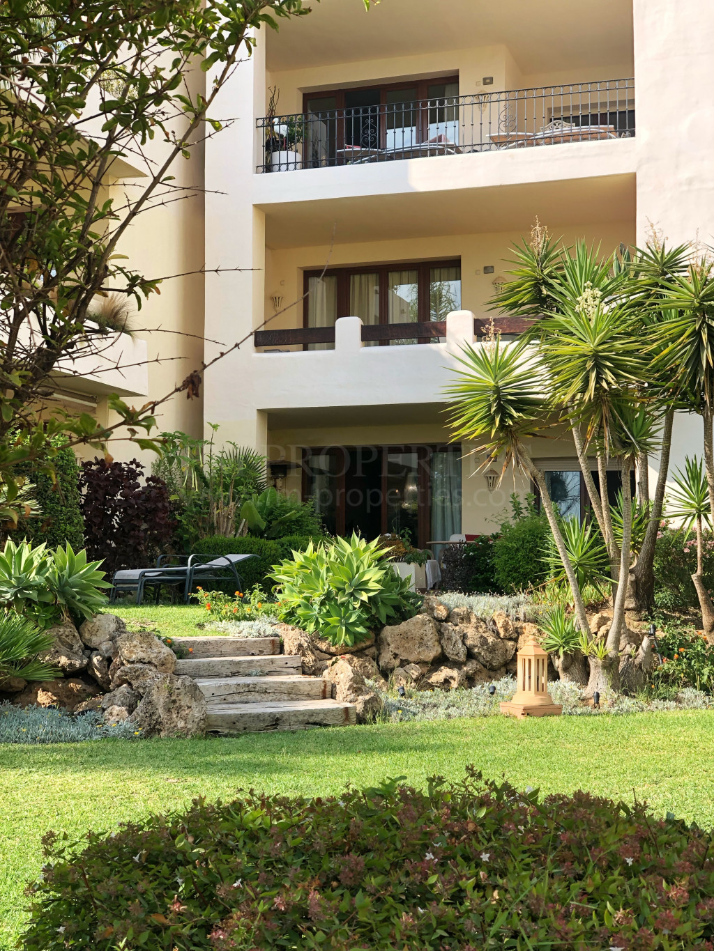 Estepona, Beautifully maintained ground floor apartment right on the beach!