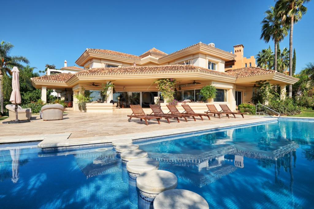 Nueva Andalucia, Classical style villa with panoramic views of valley to the sea