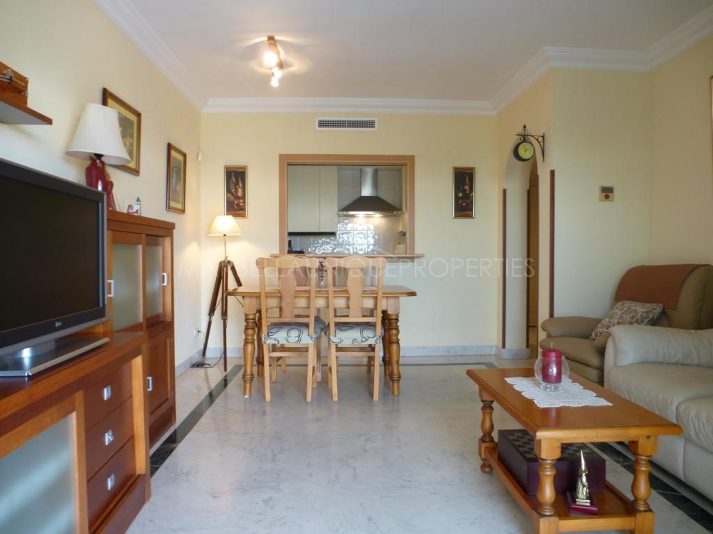 Un apartamento de buena calidad de estilo clásico en Marina Banus, Puerto Banus