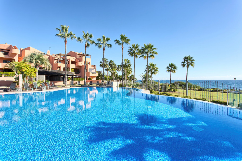 Top quality frontline beach penthouse in Mar Azul, New Golden Mile