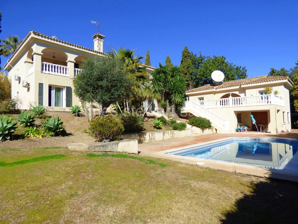 Sotogrande, 4 bedroom villa with spacious separate 1 bedroom apartment on a double plot