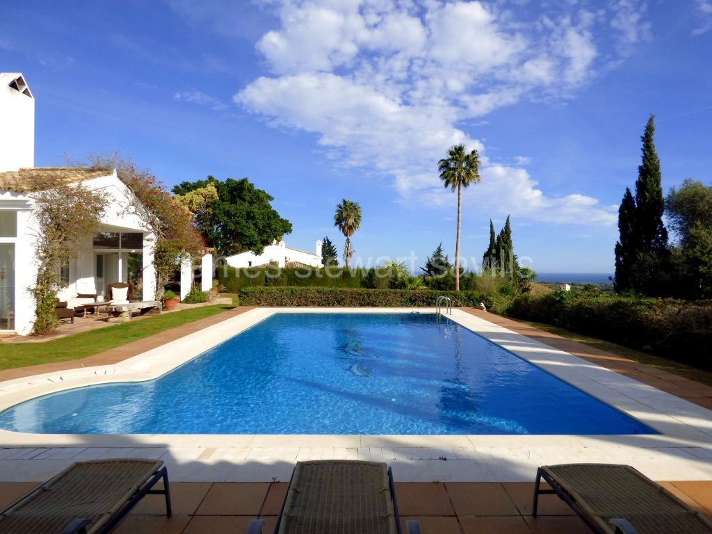 Sotogrande, Villa on an elevated double plot in the F zone with wonderful sea views