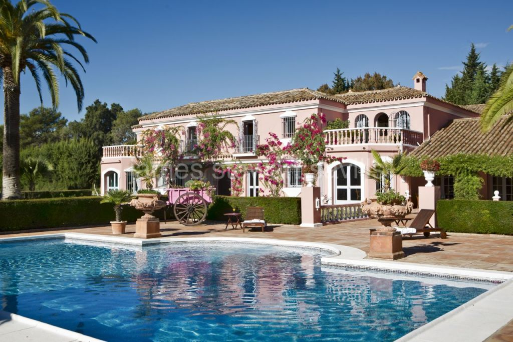 Sotogrande, Fabulous cortijo style villa with over 2 acres of gardens with lake and tennis court