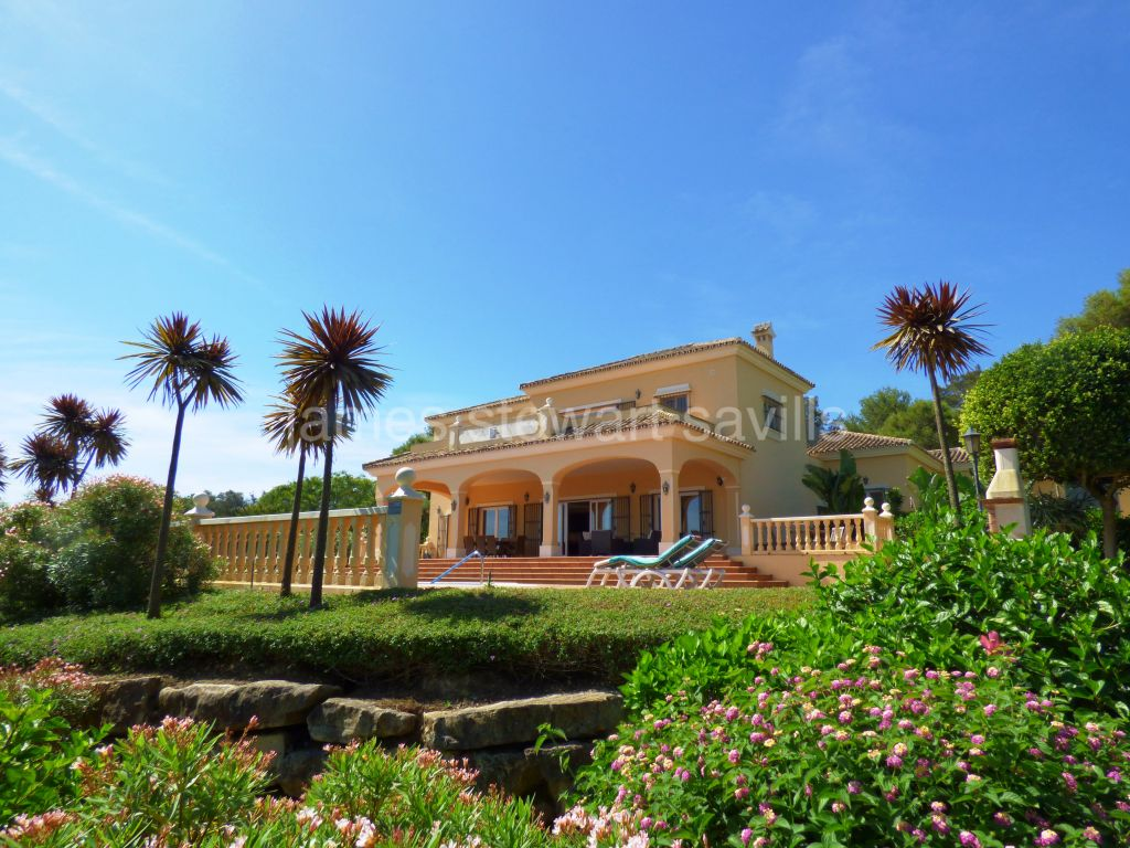 Sotogrande, Excellent grand villa with stunning golf and Mediterranean Sea views.