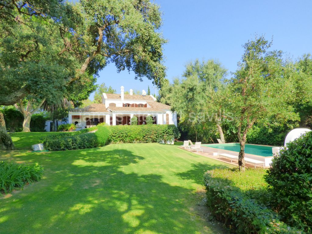 Sotogrande, Very well presented Cortijo style villa with lovely lush garden