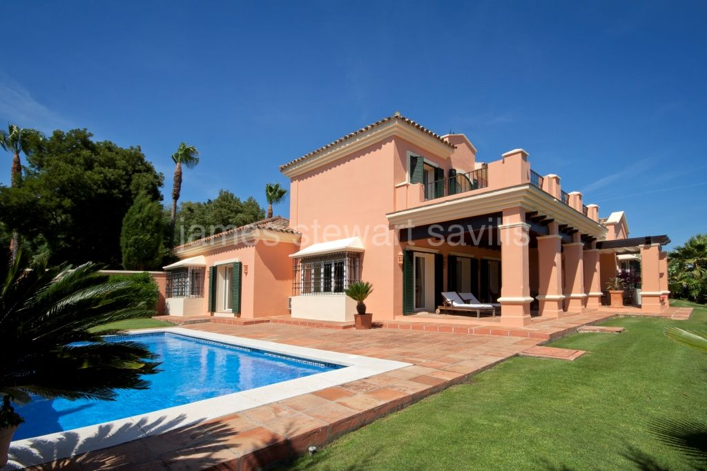 Sotogrande, Excellent quality 4 bedroom villa with lovely views of San Roque Golf