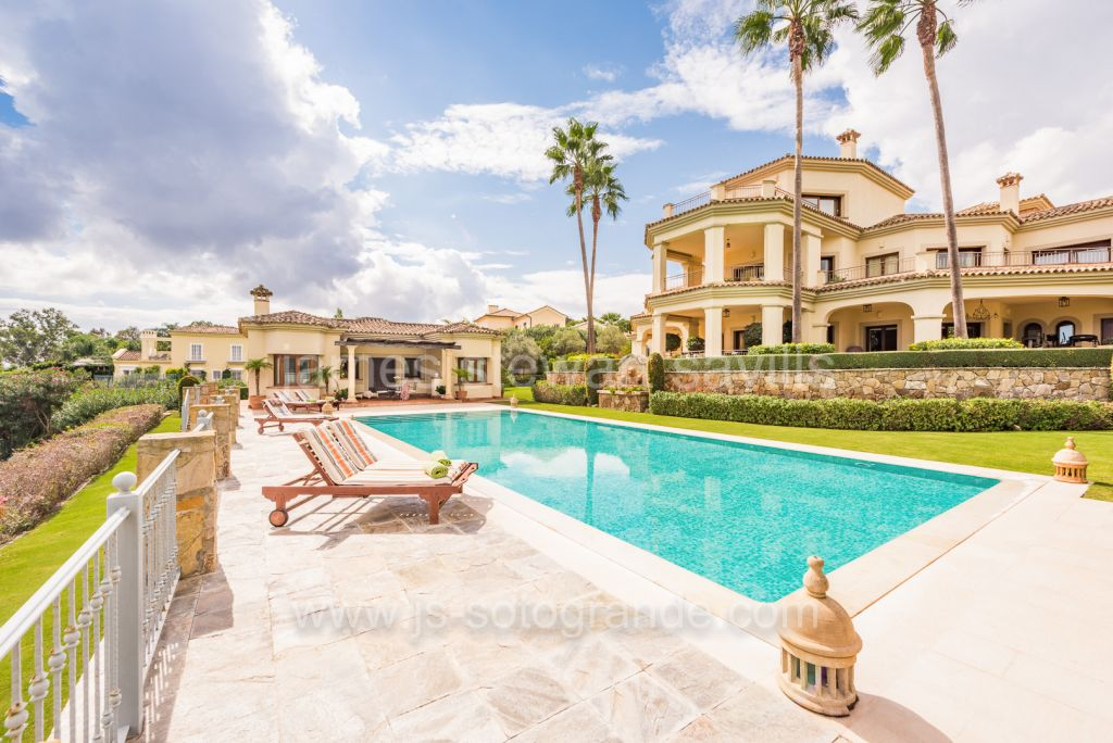Sotogrande, Excellent frontline golf villa with sea views in Sotogrande Alto