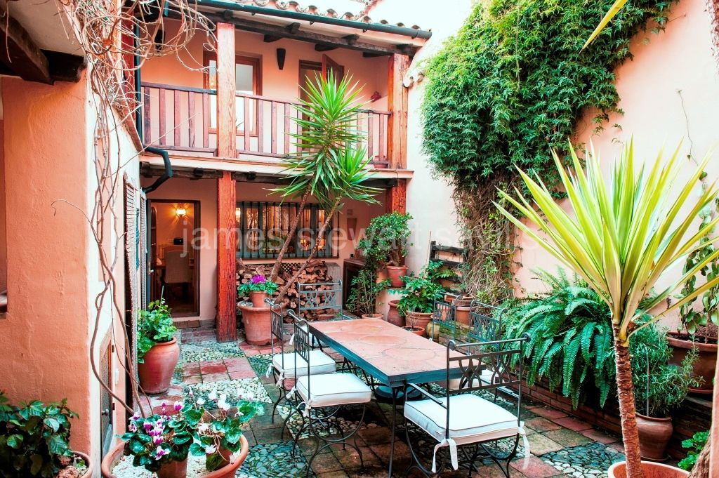 Gaucin, Attractive 200-year-old 5-bedroom townhouse in the centre of Gaucín with an enchanting internal patio, with balcony leading to a separate Jacuzzi room and roof terrace with distant sea views