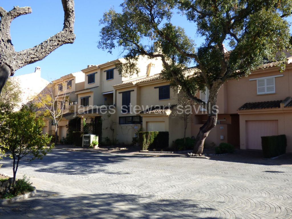 Sotogrande, Good renovation project - 5 bedroom townhouse