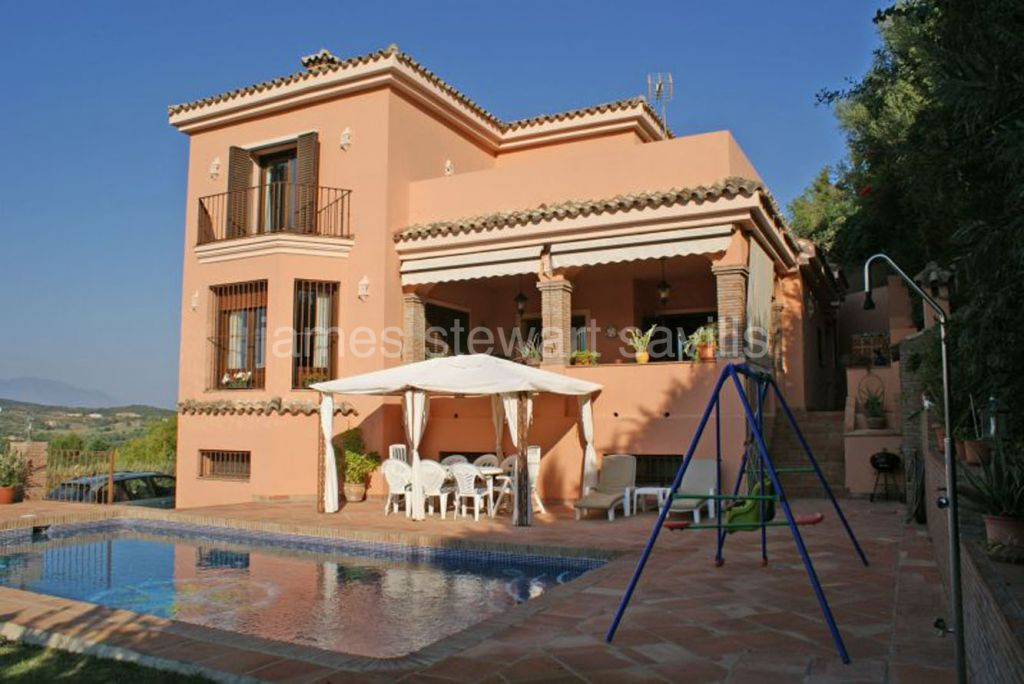 Sotogrande, 6 bedroom villa on an elevated position enjoying panoramic golf & country views