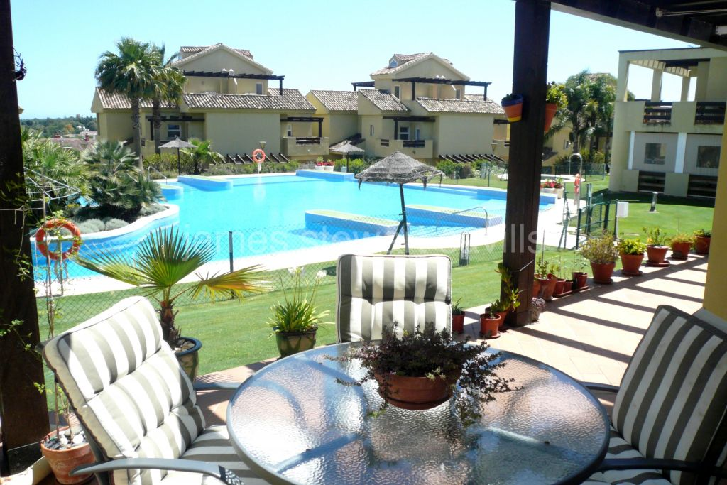 Pueblo Nuevo de Guadiaro, Ground floor apartment in the popular Hoyo 1 development in Pueblo Nuevo with back garden