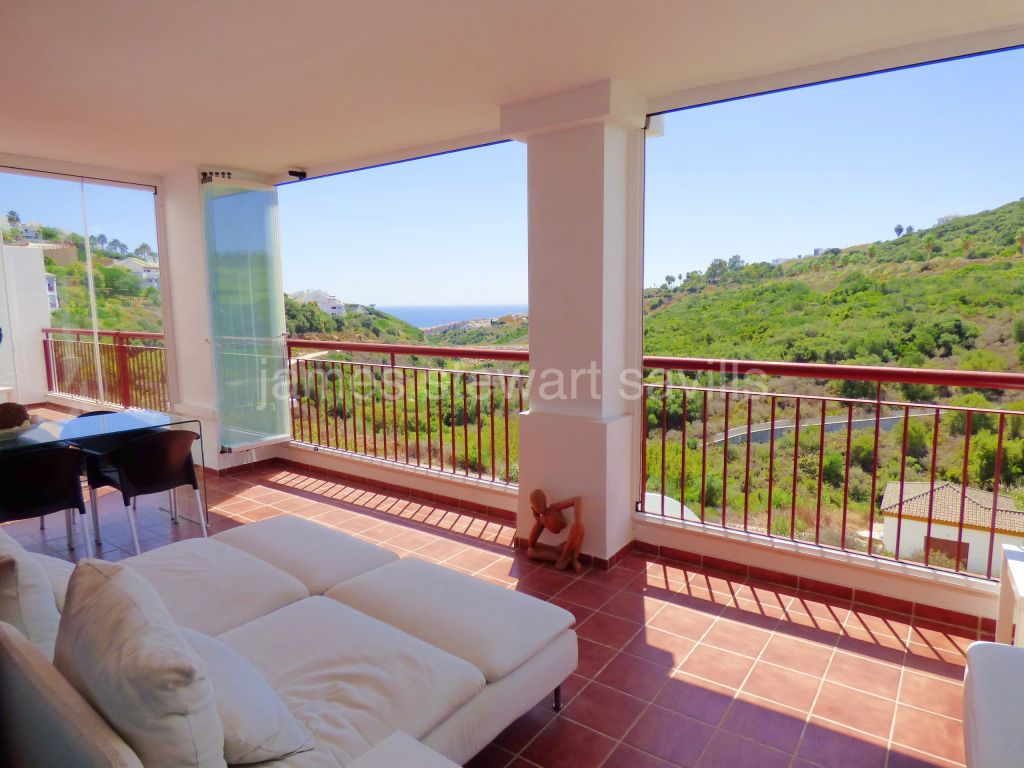 Alcaidesa, Excellent 3 bedroom apartment with lovely panoramic views of sea and golf