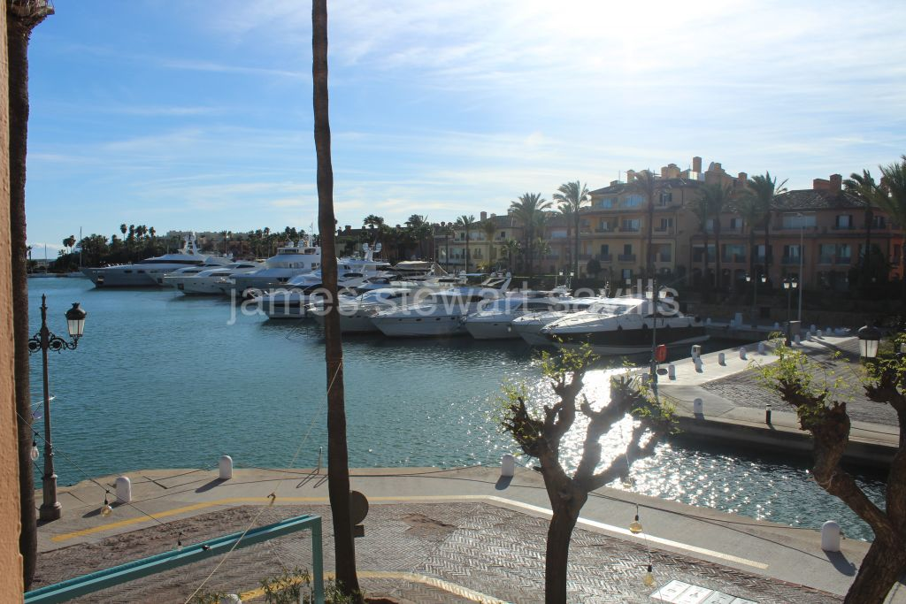 Sotogrande, Beautiful and bright apartment located in El Puerto Deportivo de Sotogrande.