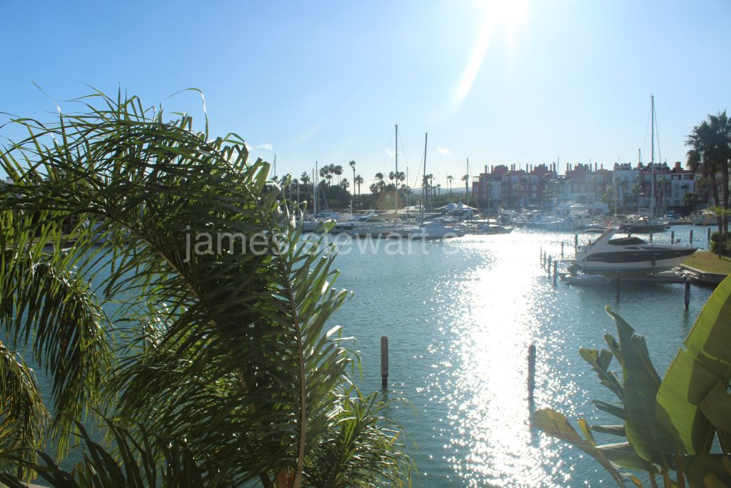 Sotogrande, Unique apartment in La Marina de Sotogrande with 5 bedrooms with stunning views.