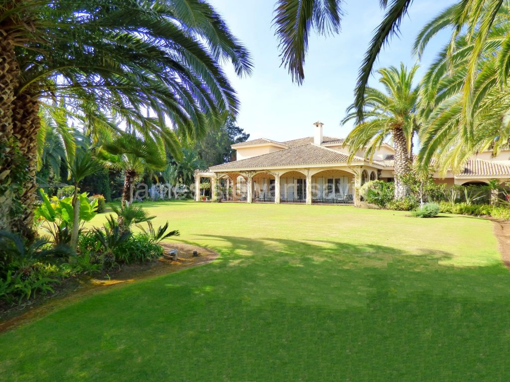 Sotogrande, A very spacious residence in a highly desired street of the Kings and Queens area