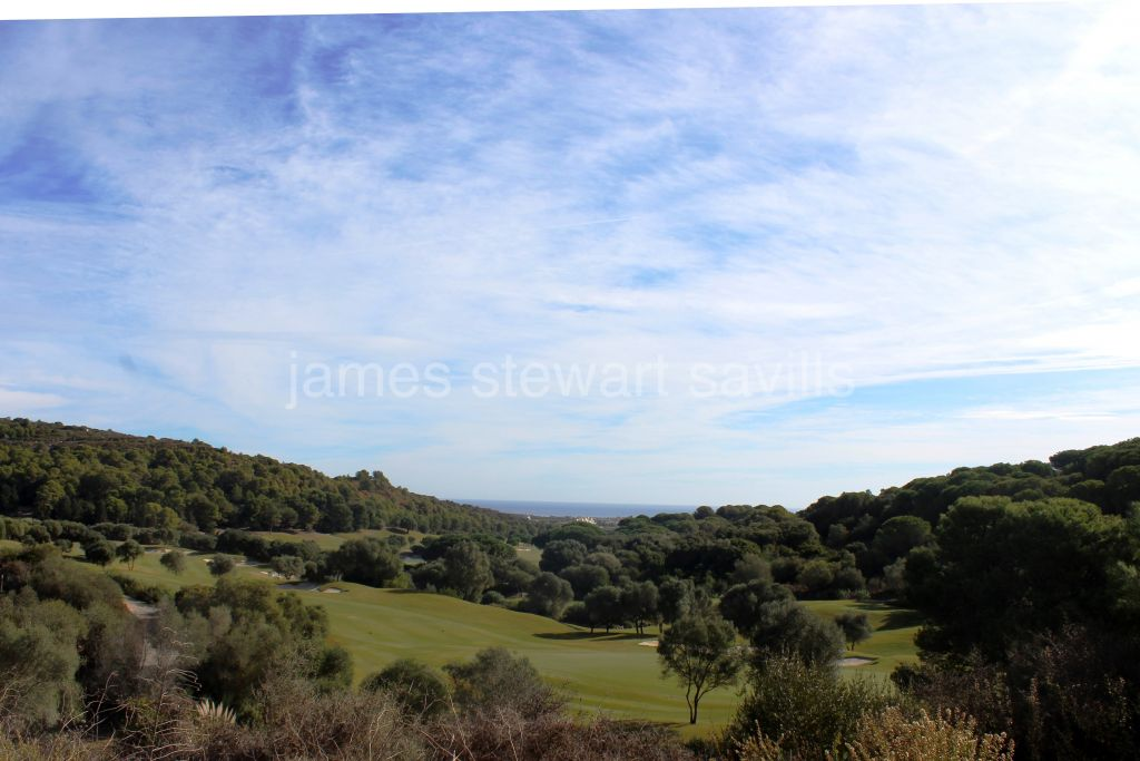 Sotogrande, 2276m2 plot in the upper section of La Reserva with golf and sea views