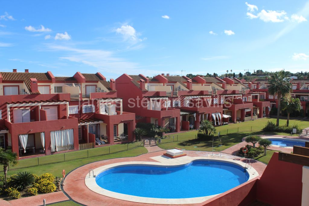 Sotogrande, Excellent condition 3 storey townhouse in a family friendly community in Sotogrande Costa