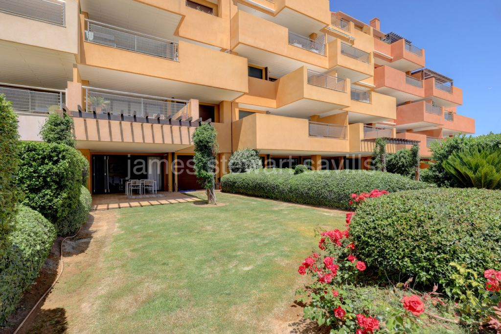 Sotogrande, A lovely ground floor apartment in the ideally located development Ribera del Marlín.