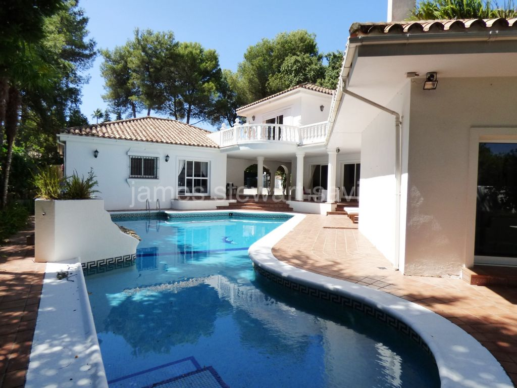 Sotogrande, Spacious 3 bedroom villa with guest apartment in the C zone of Sotogrande