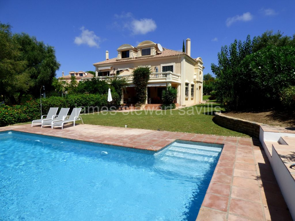 Sotogrande, Great semi detached house with pool in a very popular gated community