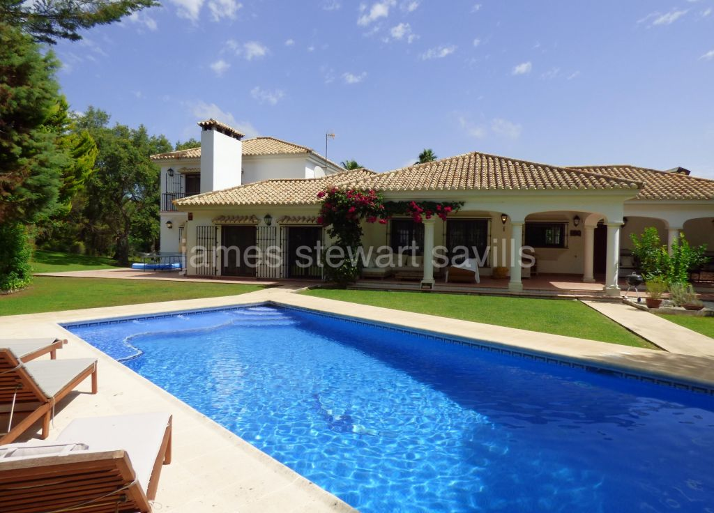 Sotogrande, Spacious villa with separate apartment on a large plot