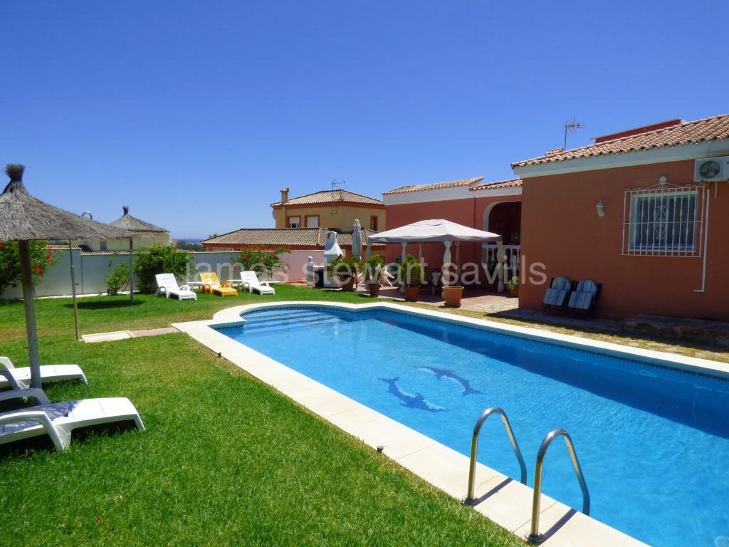 Pueblo Nuevo de Guadiaro, Spacious villa with sea views and guest apartment
