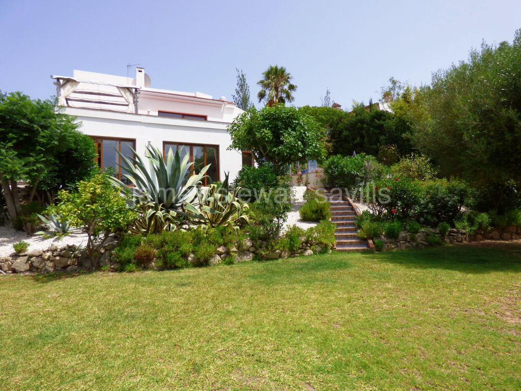 Sotogrande, Spacious and bright refurbished villa facing a green zone