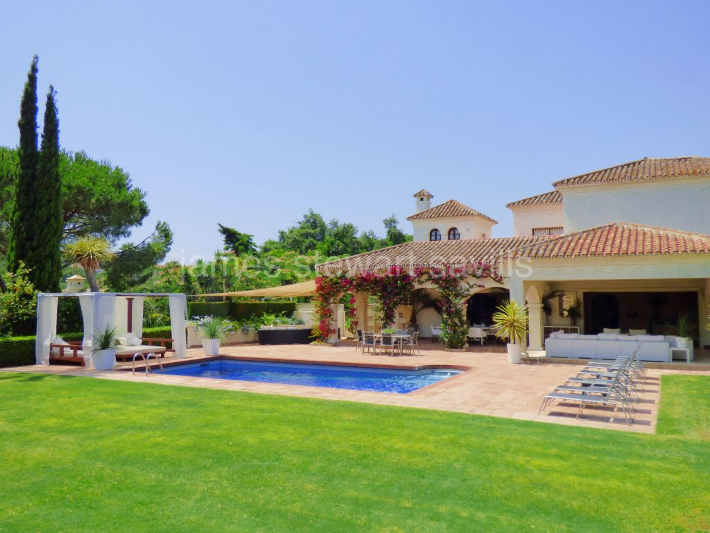 Sotogrande, EXCLUSIVE - Spacious villa in a mature area with a beautiful outdoor area
